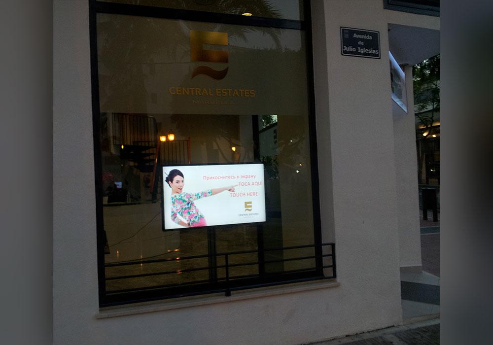 NSH Digital Signage instala un escaparate táctil outdoor en una de las más importantes inmobiliarias de Puerto Banús en Marbella