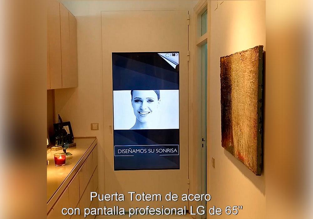 """Puerta-Tótem de acero con pantalla de 65"""" vertical, fabricada a medida para una Clínica Dental en Madrid"""