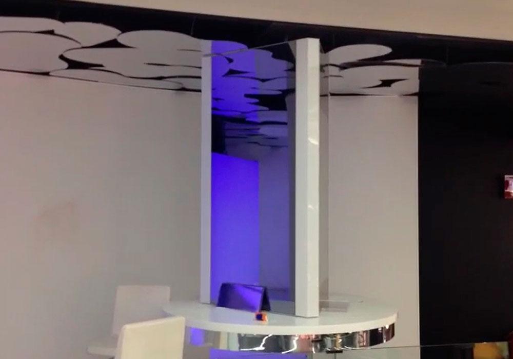 Totem tríptico de espejos táctiles para cosmética