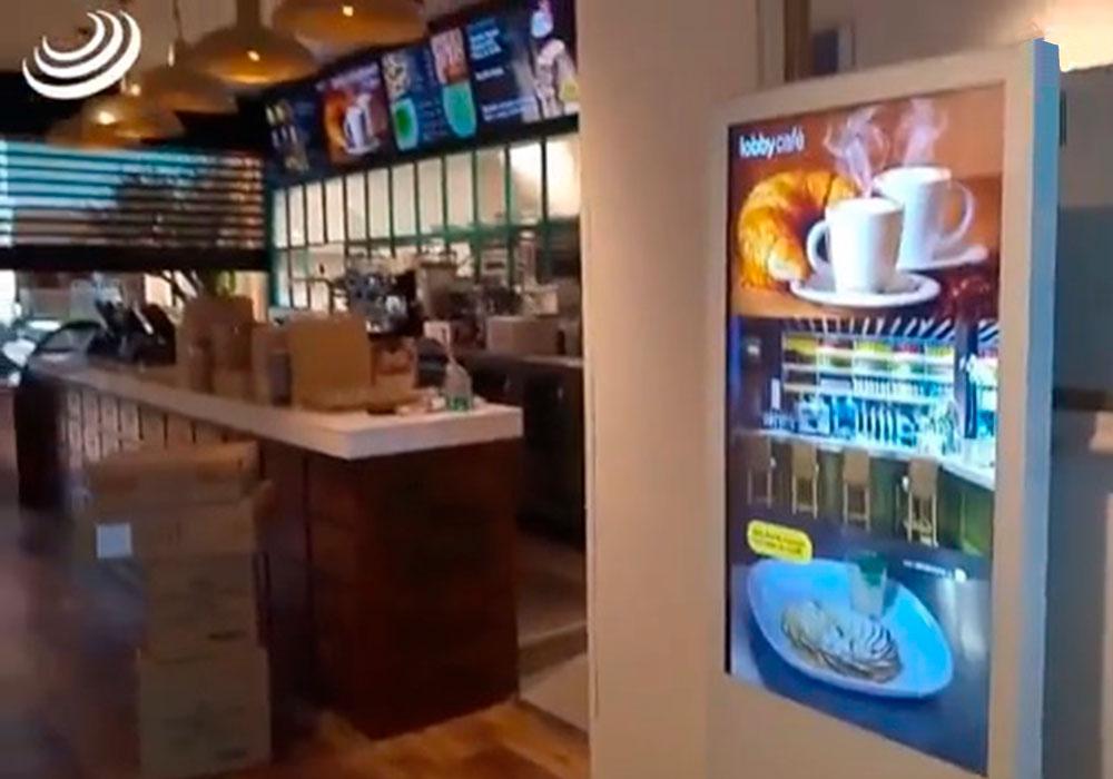 "Menu Board Videowall 5x1 de 55"" + Totem 55"" en Lobby Café"