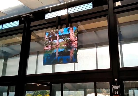"""Panel LED P5 y Totem 43"""" en Desert City"""